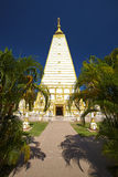 Vit och guld- pagod och träd Royaltyfri Foto