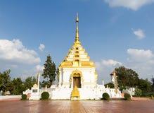 Vit och guld- PAGOD på himmelbakgrund på templet Arkivfoto