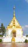 Vit och guld- PAGOD på templet Royaltyfria Foton