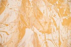 Vit och guld- smutsig bakgrund för väggstuckaturtextur Dekorativ väggmålarfärg Blank gul leafguldfolietextur arkivbild