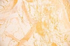 Vit och guld- smutsig bakgrund för väggstuckaturtextur Dekorativ väggmålarfärg Blank gul leafguldfolietextur arkivfoto