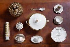 Vit- och gulddisk och dekorativa objekt Fotografering för Bildbyråer