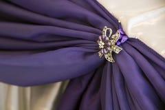 Vit- och lilaförhängear med broscher Fotografering för Bildbyråer