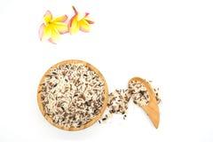 Vit och råriers för bästa sikt blandad i en träbunke och en träsked, färgrikt riskorn som isoleras på vit bakgrund Royaltyfria Bilder