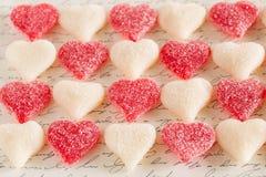 Vit och röd klibbig godis för hjärtavalentindag Arkivfoto