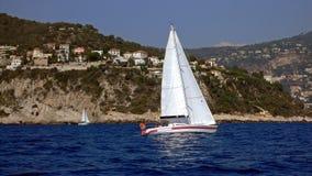 Vit och röd segelbåt royaltyfria foton