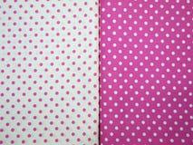 Vit och rosa prickbakgrund Arkivfoto