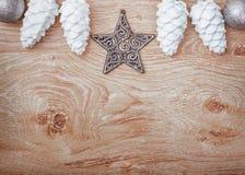 Vit- och silverjulprydnader på en lantlig träbakgrund xmas för kortillustrationvektor lyckligt nytt år Top beskådar royaltyfri fotografi