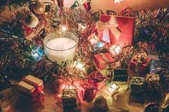 Vit och Violet Candle, prydnaden och jul dekorerar för natt för glad jul och lyckligt nytt år Royaltyfria Bilder