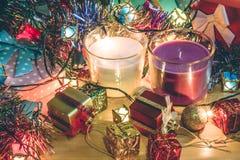 Vit och Violet Candle, prydnaden och jul dekorerar för natt för glad jul och lyckligt nytt år Fotografering för Bildbyråer
