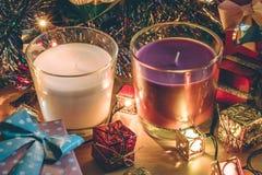 Vit och Violet Candle, prydnaden och jul dekorerar för natt för glad jul och lyckligt nytt år Arkivfoto