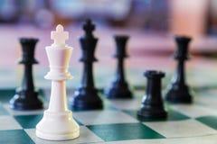 Vit omgiven schackkonung Arkivbilder