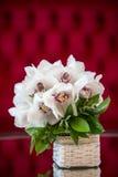 Vit orkidébukett i en korg Royaltyfria Bilder
