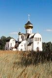 Vit ortodox kyrka i solskenet Arkivbilder