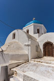 Vit ortodox kyrka med blåtttaket i den Santorini ön, Grekland Arkivbilder