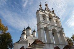 Vit ortodox kyrka med ett klockatorn royaltyfria bilder
