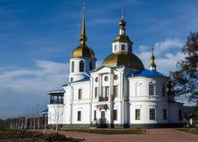 Vit ortodox kyrka med Golden Dome Royaltyfria Foton