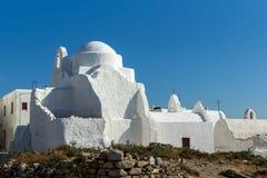 Vit ortodox kyrka och blå himmel i Mykonos, Grekland Arkivbilder