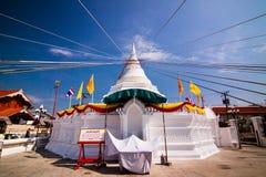 Vit pagod i dag för blå himmel arkivbild