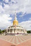 Vit pagod med guld- silke Arkivbild
