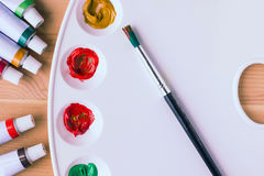 Vit palett med målarfärger på träbakgrund Royaltyfri Bild