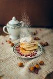 Vit pannkaka med choklad och granatäpplet Arkivfoto