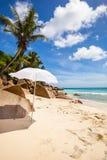Vit parasoll på den LaDigue stranden arkivfoto