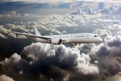 Vit passagerarenivå i flykten över molnen royaltyfri fotografi