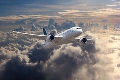 Vit passagerarenivå i flykten ovanför molnen royaltyfri bild