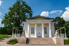 Vit paviljong med pelare i Kolomenskoye, Moskva Arkivfoto