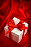 Vit pilbåge för band för gåvaask röd red steg Fotografering för Bildbyråer