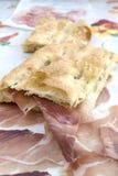 Vit pizza som är välfylld med kurerad skinka Royaltyfria Bilder