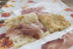 Vit pizza som är välfylld med kurerad skinka Fotografering för Bildbyråer