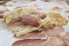 Vit pizza som är välfylld med kurerad skinka Royaltyfria Foton