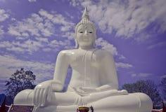 Vit placerad Buddhabild med molnig bakgrund för blå himmel Royaltyfria Foton