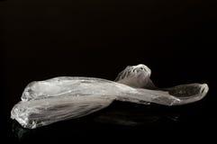 Vit plastpåse som isoleras på svart bakgrund arkivbilder