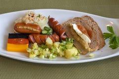 Vit platå med frukosten med tyska brytningar Arkivfoto