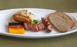 Vit platå med frukosten med tyska brytningar Royaltyfria Bilder