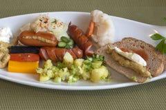 Vit platå med frukosten med tyska brytningar Arkivbild