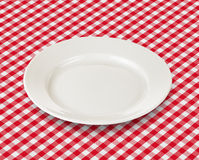 Vit platta över röd picknickbordduk Fotografering för Bildbyråer