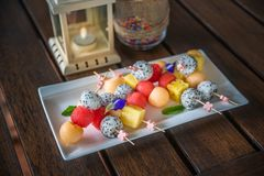 Vit platta av variouossorten av frukter i skopa Royaltyfria Bilder