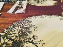 Vit platta med blommaprydnader arkivbilder
