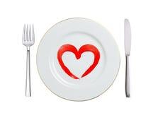 Vit platta med den isolerade hjärtasymbolet, skeden och gaffeln för målarfärg det röda Royaltyfria Bilder
