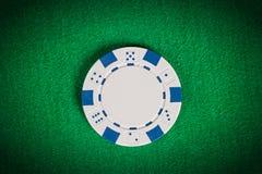 Vit pokerchip för makro på den gröna tabellen Arkivfoto