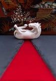 Vit porslinhäst med orientalisk bakgrund Royaltyfri Bild