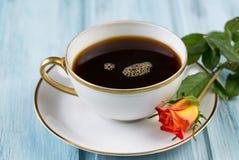 Vit porslinkopp kaffe och rosblomma Royaltyfri Fotografi