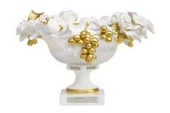 Vit porslinvas med isolerade guld- druvor royaltyfria bilder