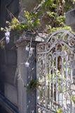 Vit port med blommor Royaltyfria Foton