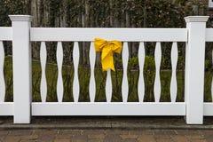 Vit port med den gula pilbågeöglan Arkivfoto
