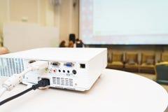 Vit projektor på den förberedda tabellen som sänder den videopd presentationen Royaltyfri Fotografi